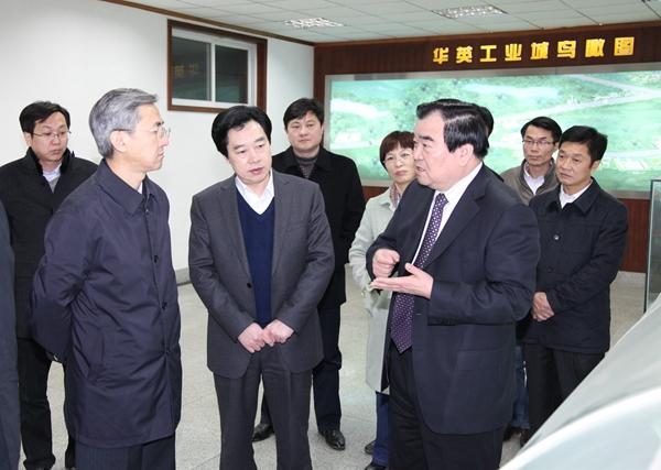 2014年2月,时任省委副书记邓凯(左一)视察华英