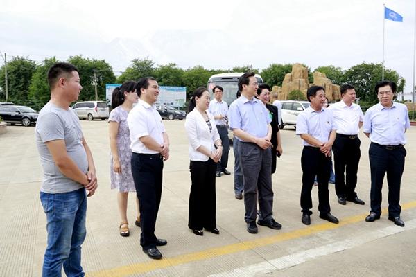 2018年7月, 省委常委、组织部长孔昌生(右三)在潢川县盛世园林调研
