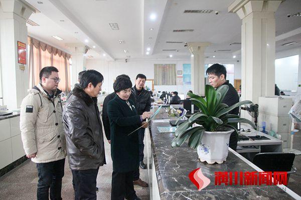刘璇调研县行政审批服务中心