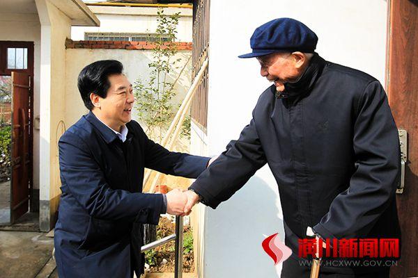 县领导走访慰问离退休老干部和驻潢部队官兵