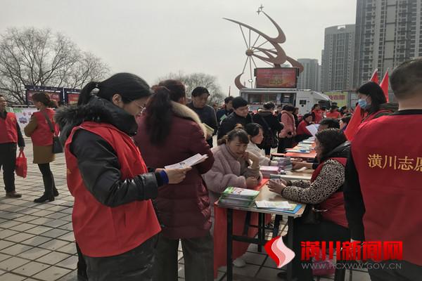 """潢川县农机局组织开展""""学雷锋·志愿服务进社区""""活动"""