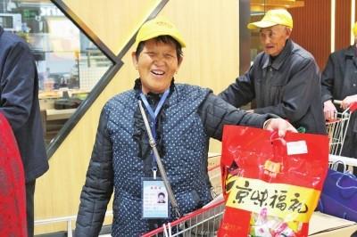 """大河报:好人黄久生带着40个""""爸妈""""游北京 这些孤寡老人完成了圆梦之旅信阳好人黄久生也圆了自己的梦"""
