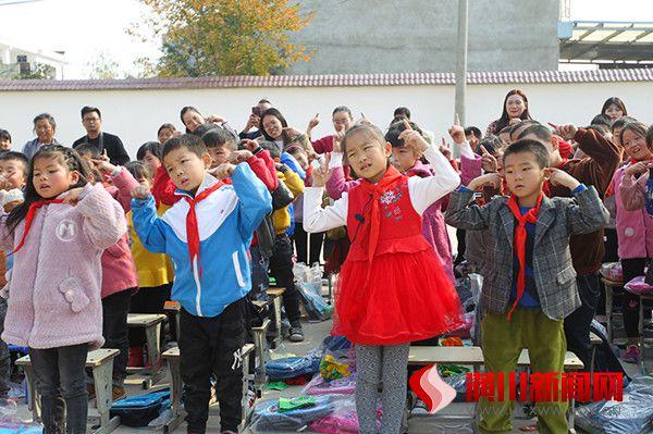 县工信局开展文艺赴隆古冯楼小学志愿服务活动